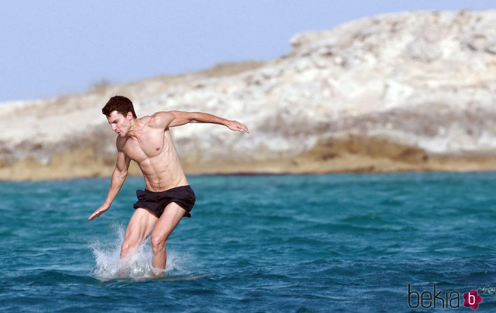 Álex González presume de cuerpazo al darse un baño en Ibiza