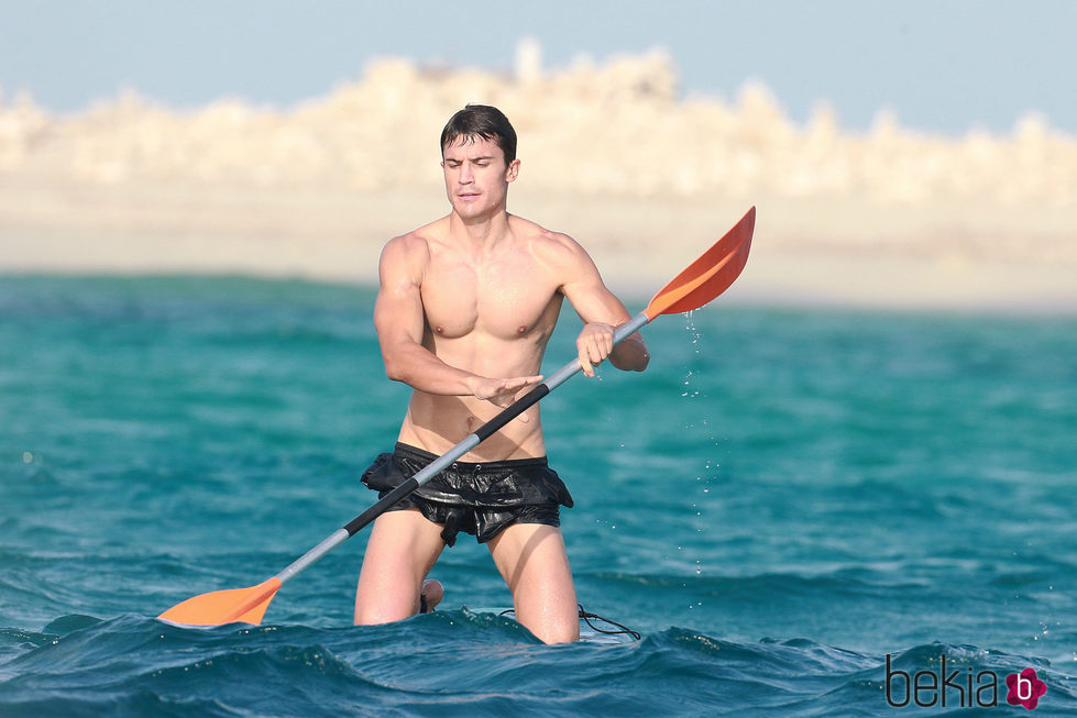 Álex González presume de torso desnudo practicando paddle surf