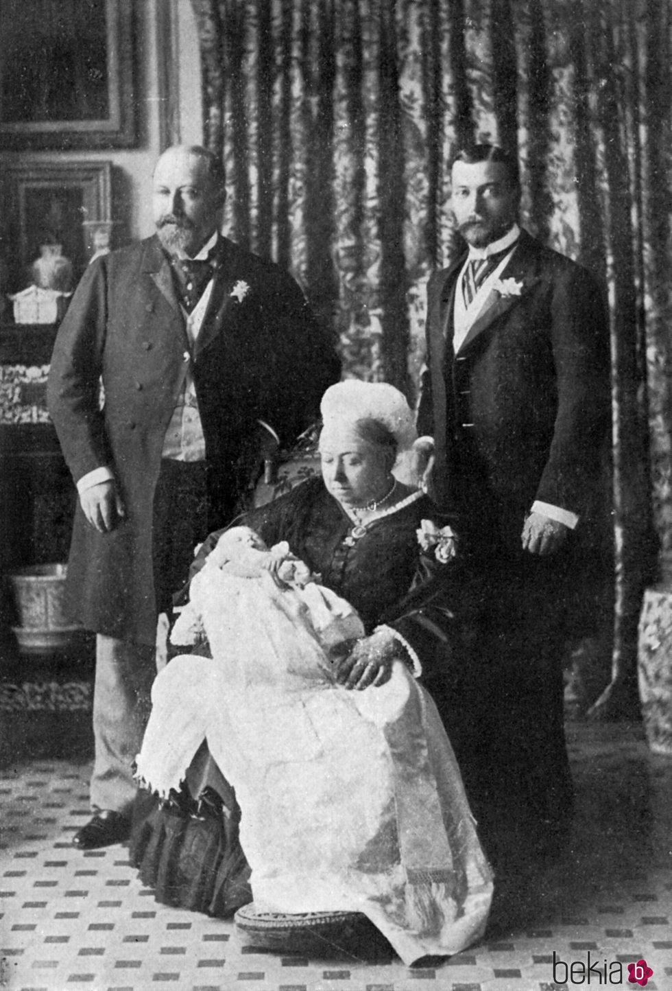 La Reina Victoria con su hijo Eduardo VII, su nieto Jorge V y su bisnieto el Duque de Windsor en 1894