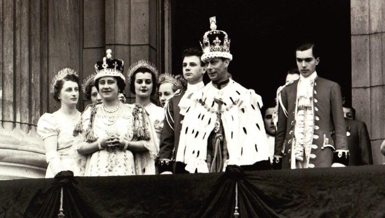 El Rey Jorge VI en su coronación junto a la Reina Isabel