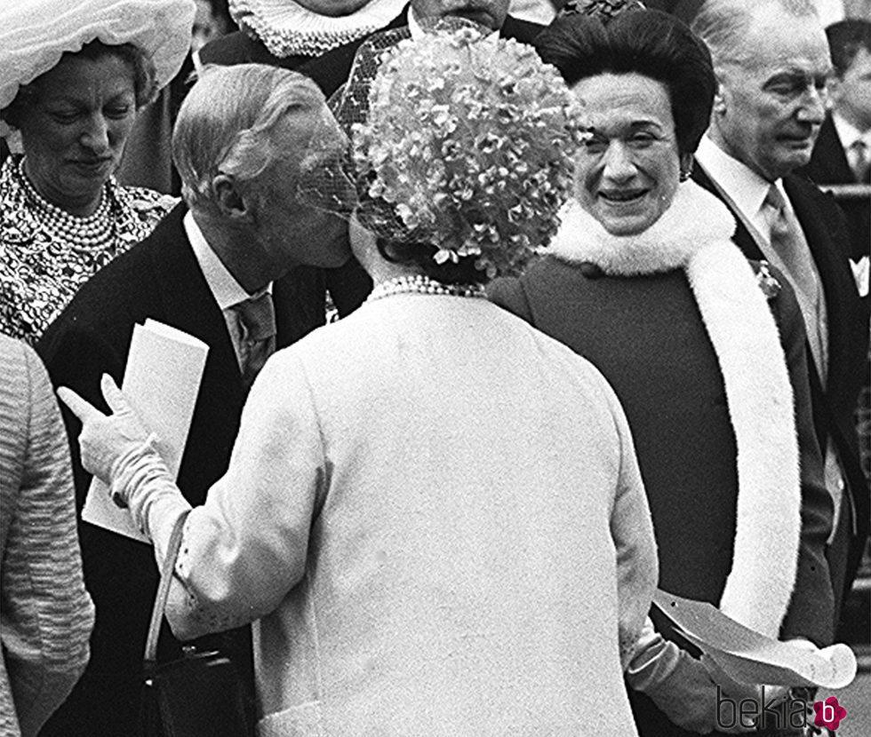 Los Duques de Windsor saludan a la Reina Madre