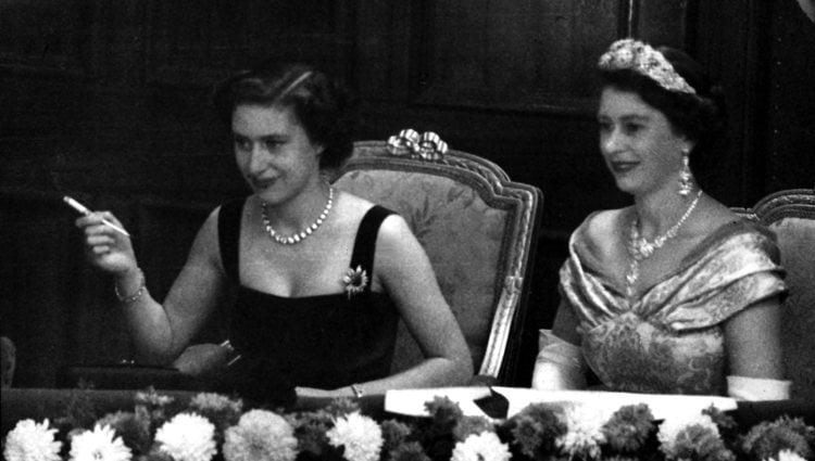 La Princesa Margarita fumando junto a la Reina Isabel cuando eran jóvenes