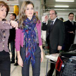 La Reina Letizia luce pashmina en su visita al Centro de Formación Profesional Profesor Raúl Vázquez