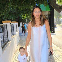 Irene Rosales llevando a su hija Ana a la guardería en su primer día de clases