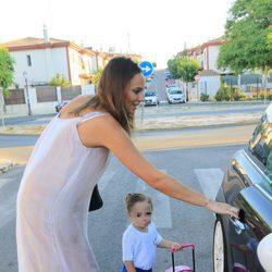 Irene Rosales llevando a su hija Ana a la guardería