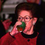 La Princesa Margarita bebiendo