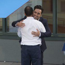 David Bustamante abrazando a un amigo en la presentación de la nueva temporada de Telemadrid