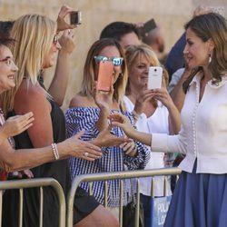 La Reina Letizia saluda a unas señoras en Salamanca
