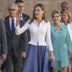 La Reina Letizia saludando en su visita a Salamanca