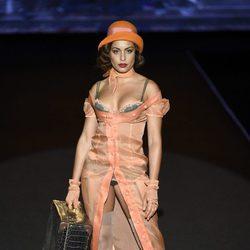 Hiba Abouk desfilando para Andres Sardá en Madrid Fashion Week primavera/verano 2018