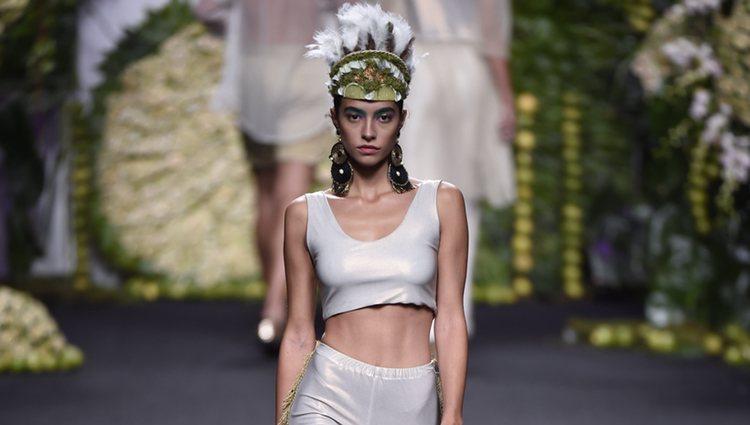 Rocío Crusset desfilando para Francis Montesinos en Madrid Fashion Week primavera/verano 2018