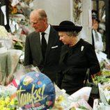 La Reina Isabel y el Duque de Edimburgo rodeados de flores en homenaje a Lady Di tras su muerte