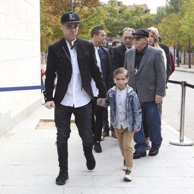 Fonsi Nieto con su hijo Lucas en el homenaje póstumo a Ángel Nieto en Madrid