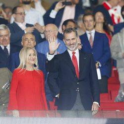 El Rey Felipe VI y Cristina Cifuentes en el partido inaugural del Atlético de Madrid en el Wanda Metropolitano
