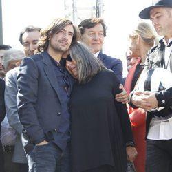 Gelete Nieto, Fonsi Nieto y demás personas en el homenaje a Ángel Nieto celebrado a las puertas del Bernabéu en Madrid
