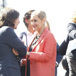 Cristina Cifuentes apoya a Gelete Nieto en el homenaje celebrado a las puertas del Bernabéu en Madrid de Ángel Nieto