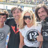 Marta Sánchez con Gelete, Pablo y Hugo Nieto en el homenaje de Ángel Nieto en el circuito del Jarama