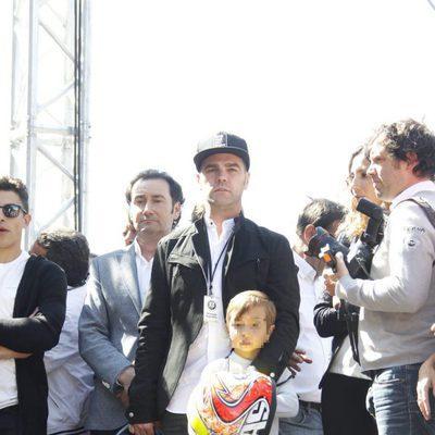 Fonsi Nieto con su hijo Lucas en el homenaje de Ángel Nieto en las puertas del Bernabéu