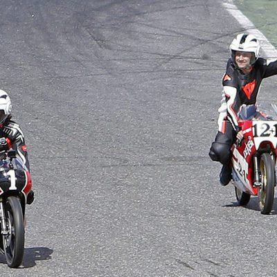 Gelete y Pablo Nieto dando una vuelta en el circuito del Jarama durante el homenaje a su padre Ángel Nieto