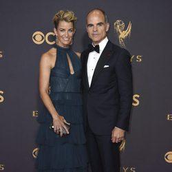 Karyn Kelly y Michael Kelly en la alfombra roja de los Premios Emmy 2017