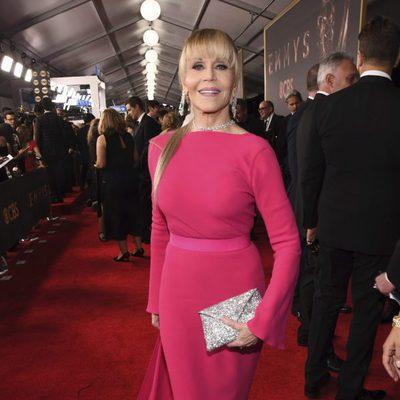 Jane Fonda con un postizo en la alfombra roja de los Premios Emmy 2017