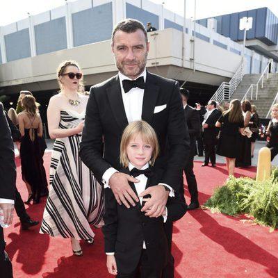 Liev Schreiber y su hijo Samuel Kai en la alfombra roja de los Premios Emmy 2017