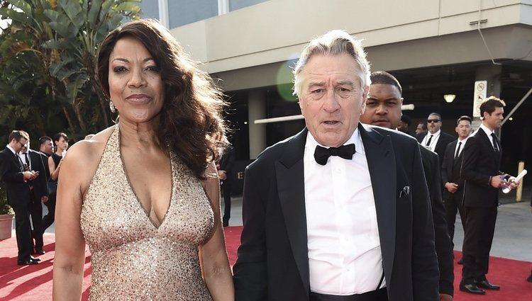 Grace Hightower y Robert De Niro en la alfombra roja de los Premios Emmy 2017