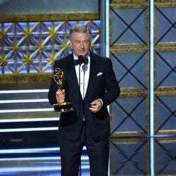 Alec Baldwin recogiendo su galardón de los Premios Emmy 2017