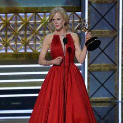Nicole Kidman recogiendo su galardón de los Premios Emmy 2017
