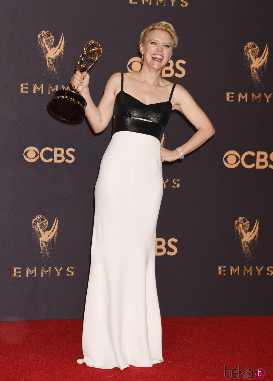 Kate McKinnon posando con su galardón de los Premios Emmy 2017