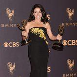 Julia Louis-Dreyfus posando con su galardón de los Premios Emmy 2017