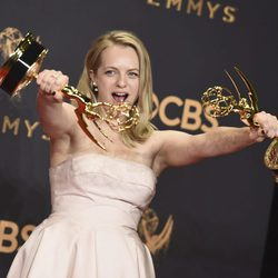 Elisabeth Moss posando con sus galardones de los Premios Emmy 2017