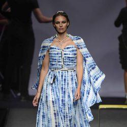Helen Lindes desfilando para Ion Fiz en Madrid Fashion Week primavera/verano 2018