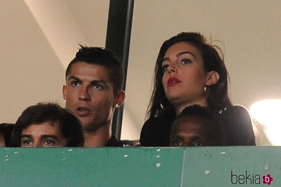 Cristiano Ronaldo y Georgina Rodrígue viendo un partido de fútbol en Lisoa