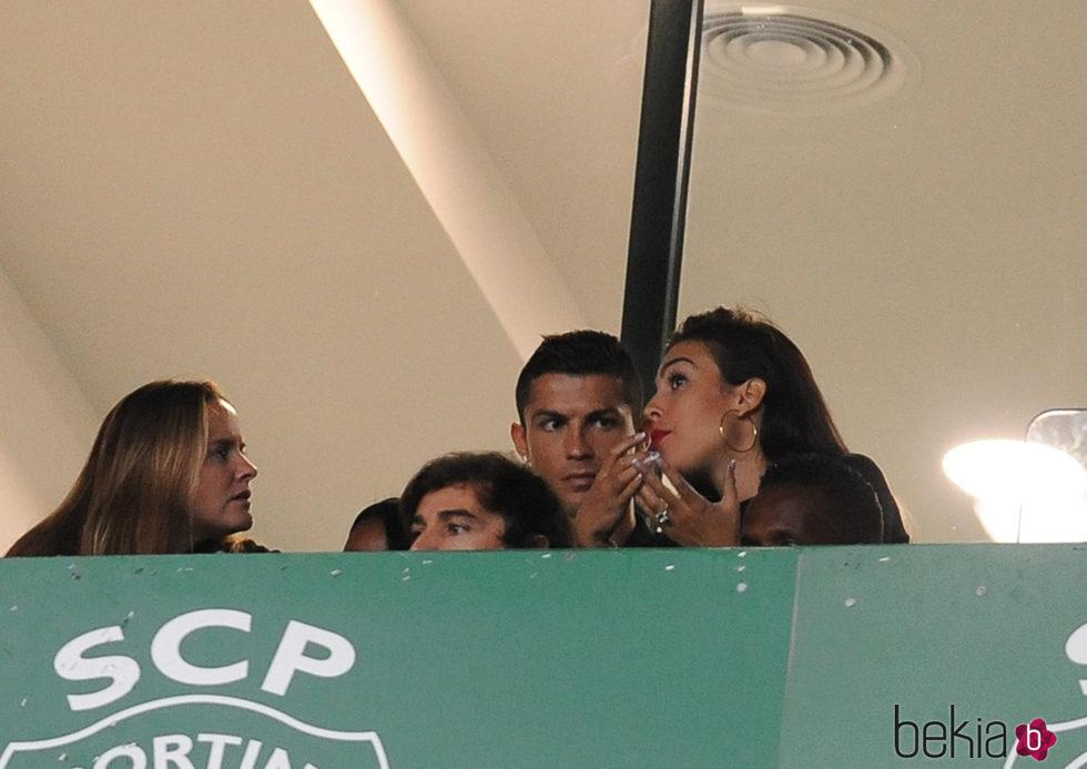 Georgina Rodríguez llevando un anillo sospechoso mientras ve un partido con Cristiano Ronaldo