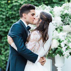 Marc Bartra y Melissa Jiménez besándose durante su boda