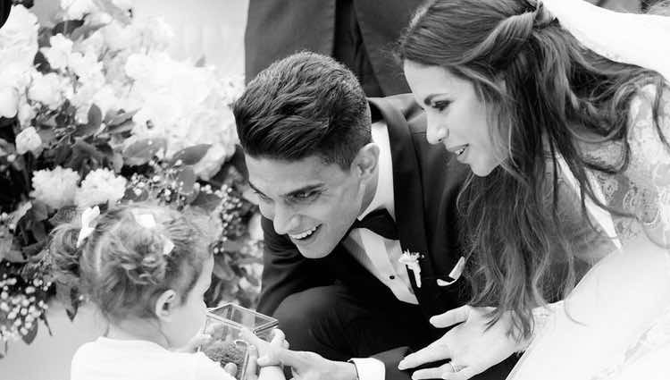 Marc Bartra y Melissa Jiménez con su hija Gala el día de su boda
