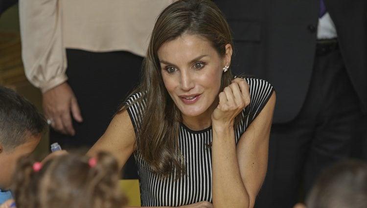 La Reina Letizia , muy simpática con los niños de un colegio de Tenerife