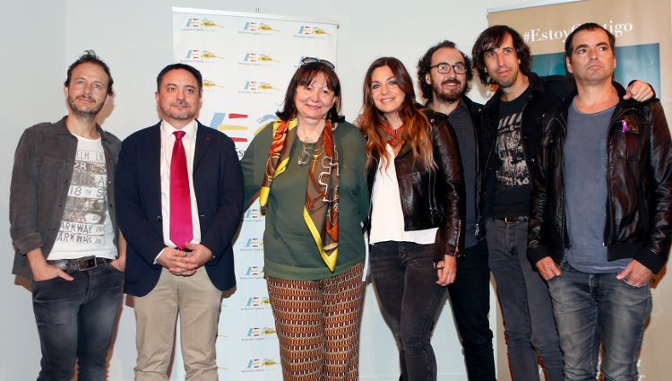 La Oreja de Van Gogh, David Pérez Martínez y Micheline Selmes presentando 'Estoy Contigo'