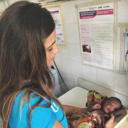 Sara Carbonero cuidando de un bebé como misionera en Senegal