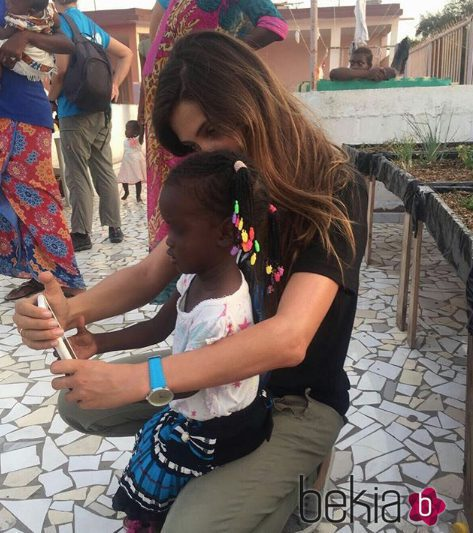 Sara Carbonero haciéndose una foto con una niña en Senegal