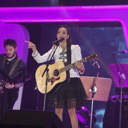 India Martínez actuando en los Premios Cadena Dial 2017