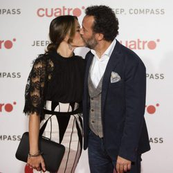 Cristina Alarcón y José Luis García Pérez besándose en la fiesta de Cuatro para presentar la temporada 2017