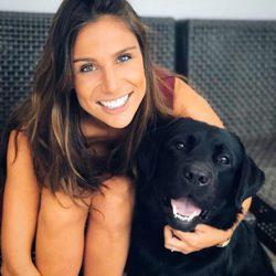 Lucía Villalón con su perrito