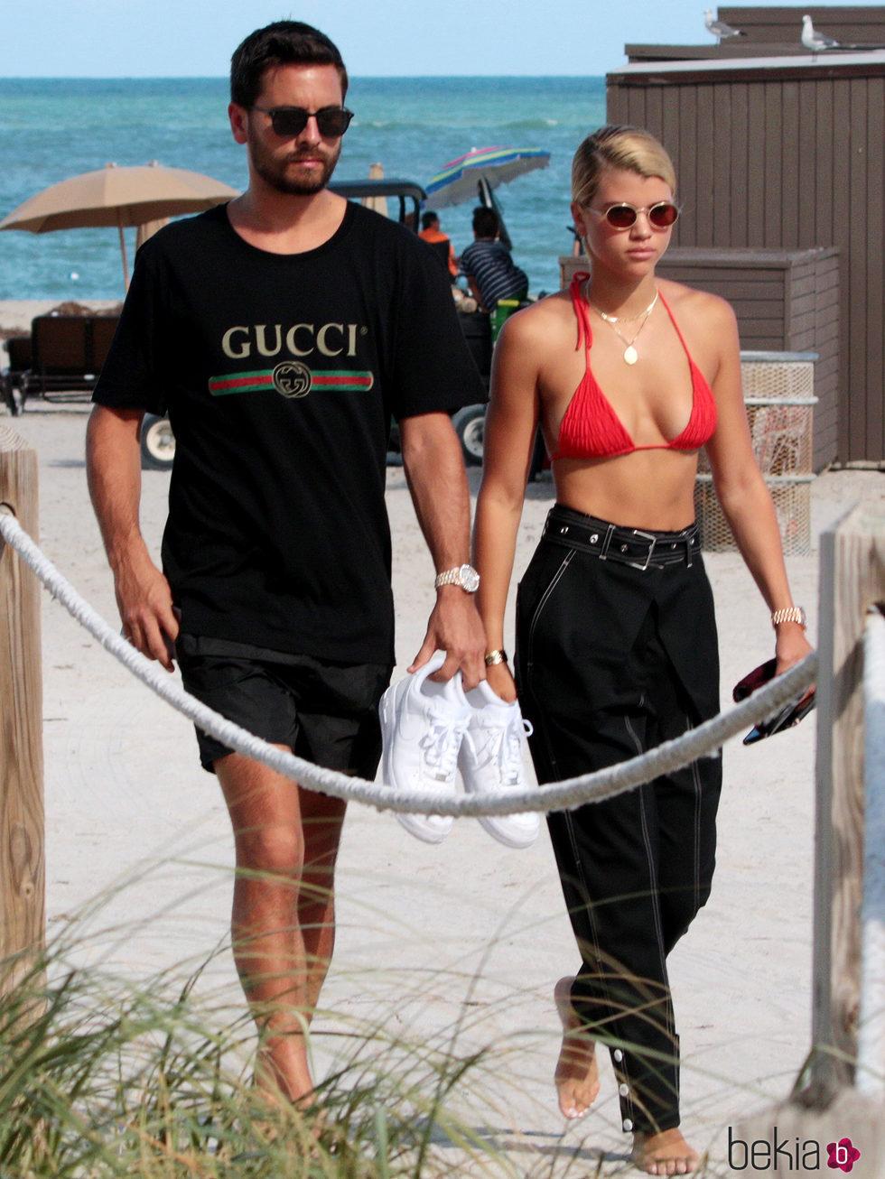 Scott Disick y Sofia Richie abandonando una playa de Miami juntos