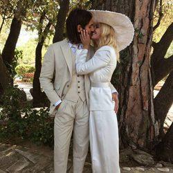 Miriam Giovanelli y Xabi Ortega besándose el día de su boda