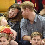 El Príncipe Harry jugando con una niña en los Invictus Games de Toronto