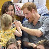 El Príncipe Harry, muy cariñoso con una niña en los Invictus Games de Toronto