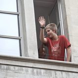 Juan Urdangarin saludando desde su casa de Ginebra