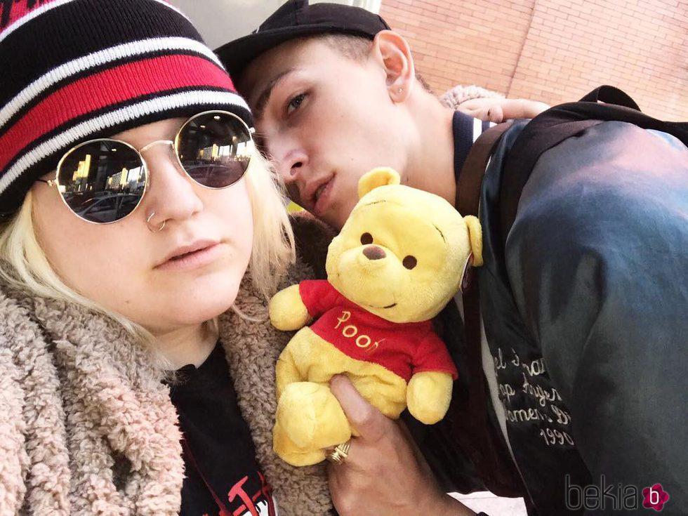 'Soy una pringada' con su novio 'El muchacho de los ojos tristes'